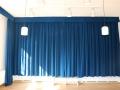 Bühne geschlossener Vorhang